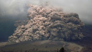 Шестима загинаха при изригване на вулкан в Индонезия