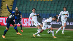 Националите с рефера от Йънг Бойс – ЦСКА в битката си с Ейре