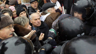 Бой между депутати и полицаи в защита на Тимошенко
