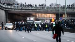 """Разпръскват със сълзотворен газ таксиджии, протестиращи срещу """"Юбер"""" в Париж"""