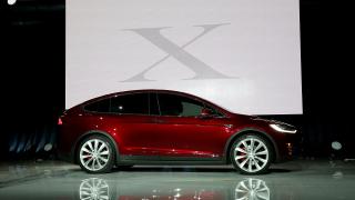 Tesla дава заден ход – изтегля близо 3000 автомобила заради повреда