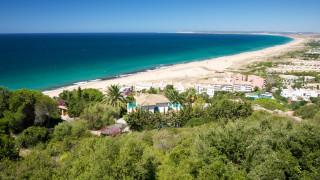 Влечение към белина - в испански курорт пръскат цял плаж