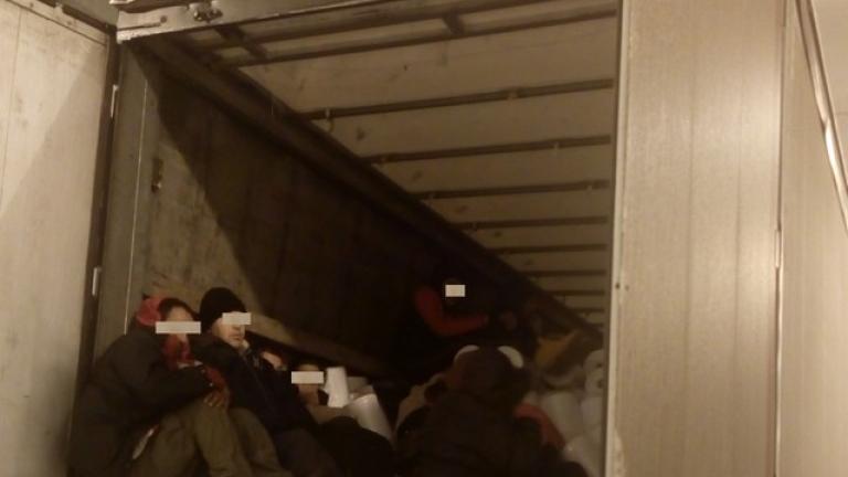 Заловиха 13 мигранти в камион в Гърция