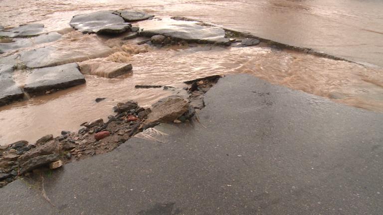 Спукан водопровод наводни улици в Пловдив
