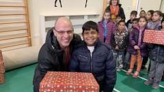 """ТЕЦ """"ЕЙ И ЕС Гълъбово"""" раздаде подаръци за Коледа на 169 деца"""