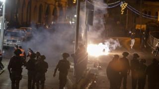 Над 100 ранени палестинци при сблъсъци с полицията в Йерусалим