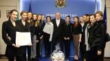 Министър Кралев с коледен подарък от националките по художествена гимнастика
