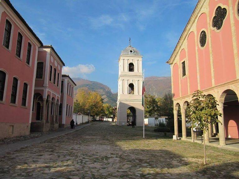 """Исторически музей (отляво) и църквата """"Свети Никола"""" (отдясно)"""