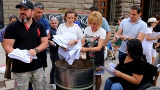 Мая Манолова изгори изборни протоколи пред ЦИК