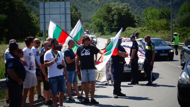 Трети ден протестиращи са разположили палатки на пътя Стара Загора