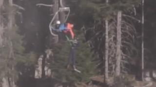 Скиор вися от лифт в Банско