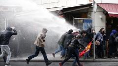 Водни оръдия и сълзотворен газ срещу протестиращи в Истанбул