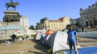 20-ина протестиращи причакаха депутатите пред НС
