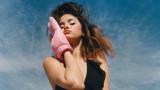 Селена Гомес, новите снимки по бански и колко секси е певицата