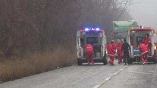 Двама загинаха в катастрофа между джип и училищен автобус