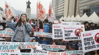 """""""Кажи не на Тръмп и войната"""", зоват гневни протестиращи в Южна Корея"""