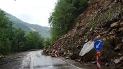 Алпинисти монтират мрежа над срутището край Тикале на пътя Смолян-Мадан