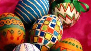 Ходжа дарява яйца и козунаци за Великден