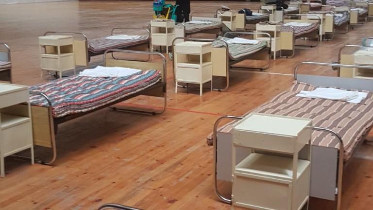 Войници прибират имуществото, с което беше изградена военно-полевата болница в