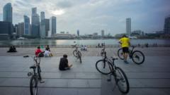 Български пианист се зае с повредените велосипеди под наем в Сингапур