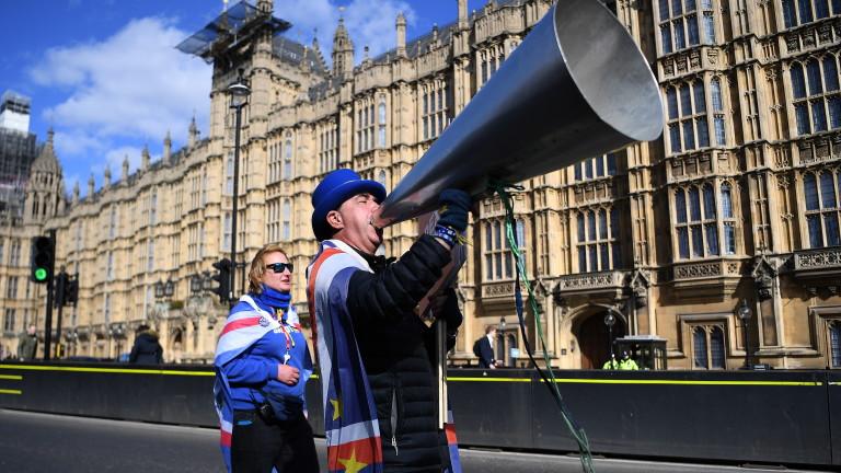 Британските депутати ще имат възможност днес да гласуват по три
