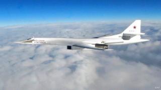 Русия пусна видео на Ту-160, придружаван от самолети на НАТО