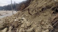 Свлачище затвори пътя за три села в Разложко
