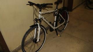Крадец задигна 2 велосипеда на различни собственици от столичен блок за броени минути