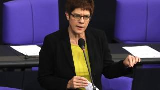 Политически трус в Берлин: Крамп-Каренбауер се оттегля