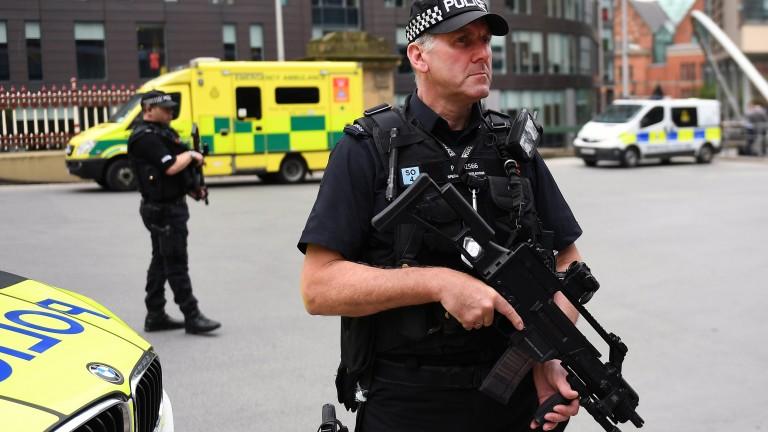 Двама ранени при стрелба край колеж във Великобритания