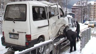 Девет пострадали след удар на трамвай и бус в столицата