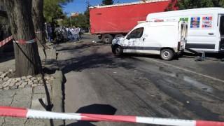 Дрогиран тираджия помете 12 коли на светофар в Айтос, една жена загина