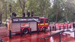 Климатични активисти заляха с изкуствена кръв британското финансово министерство