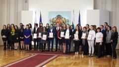 """11 студенти и докторанти бяха наградени от президента в конкурса  """"Най-важният урок"""" на PwC"""