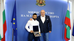 Министър Кралев награди бронзовия медалист от Световното първенство по вдигане на тежести Божидар Андреев