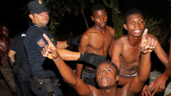 Десетки мигранти минаха границата в испански анклав