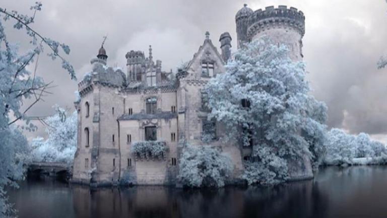 Замъкът Ла Мот Шандение се намира на остров в малко
