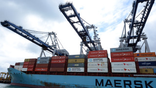 Най-голямата компания за морски превози продаде част от бизнеса си за $7.5 милиарда