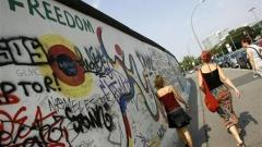 Ремонтират Берлинската стена