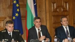 Военният министър отрече за над 100 опорочени обществени поръчки