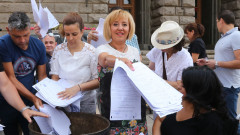Мая Манолова на протест пред НС заради машинното гласуване