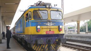 Камък, хвърлен по влак, рани мъж в главата