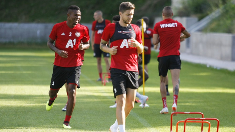 Футболистът на ЦСКА Рубен Пинто изгледа среща на своя бивш