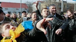 Протестиращи атакуват руското посолство в Киев