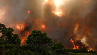 Тежка нощ в Гърция, пожарите настъпват