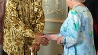 Мандела обсипа с комплименти Елизабет II