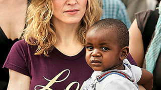 Появи се бащата на осиновената дъщеря на Мадона