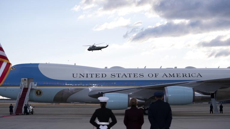 Бездомник проникнал до самолета на президента на САЩ