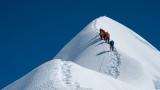 Седмина загинали на Еверест заради задръстване от хора край върха