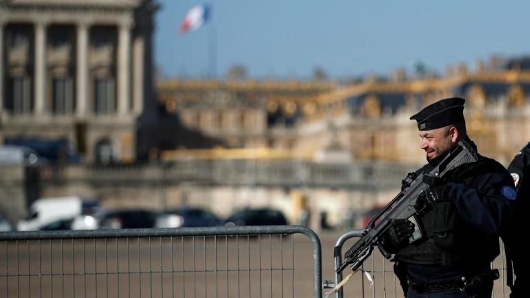 Френската полиция стреля и рани мъж, въоръжен с нож, след